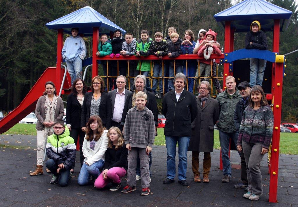 Christiane Schmahl weiht mit Kollegium und Schulkindern den neuen Spielplatz ein