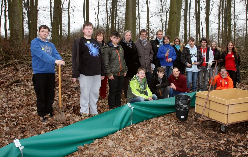 Naturschutzdezernentin Christiane Schmahl mit den jungen Naturschützern der Leppermühle