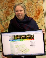 Naturschutzdezenentin Christiane Schmahl präsentiert die Naturdenkmal-LandkarteChristiane Schmahl präsentier die Naturdenkmal-Landkarte